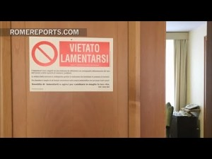 El Papa cuelga un cartel en la puerta de su habitación Prohibido quejarse